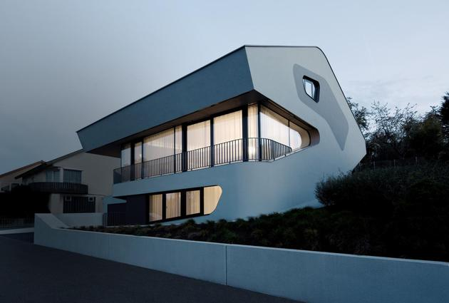 reinforced-concrete-house-with-aluminum-facade-4-front-night.jpg