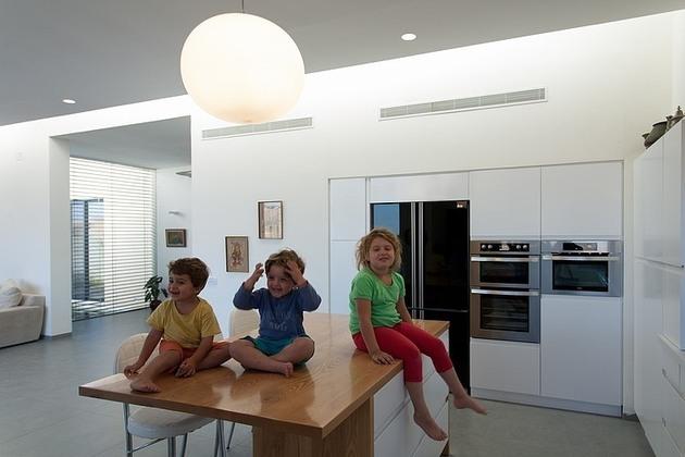 simple-pool-family-home-design-in-israel-10.jpg