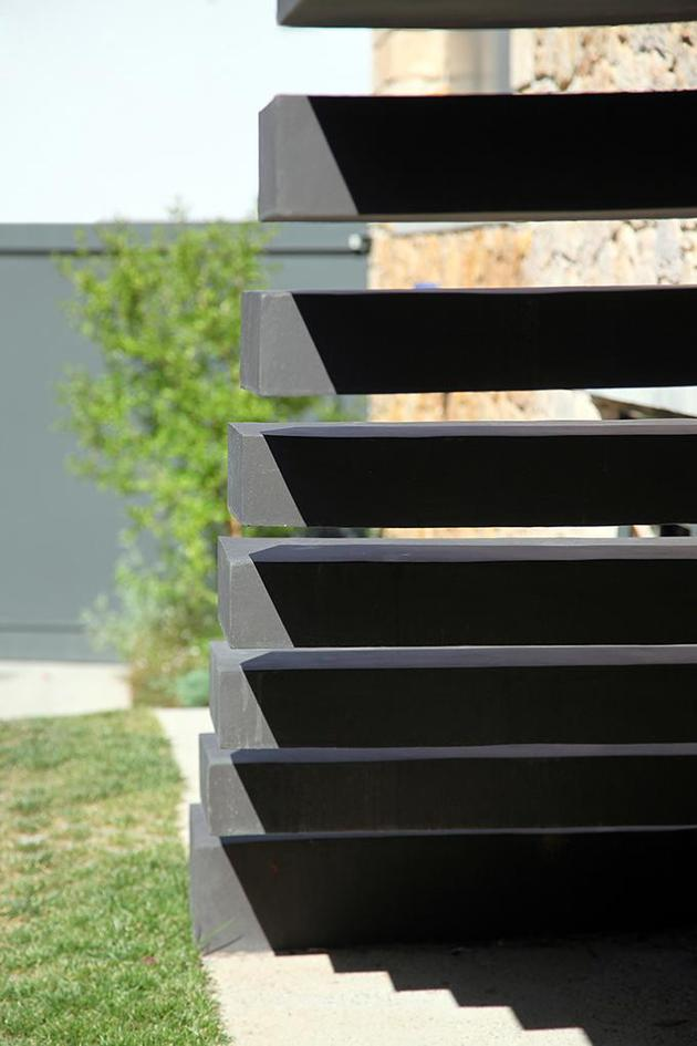 sleek-athens-house-blends-stone-with-concrete-textures-6-walkway-steps.jpg