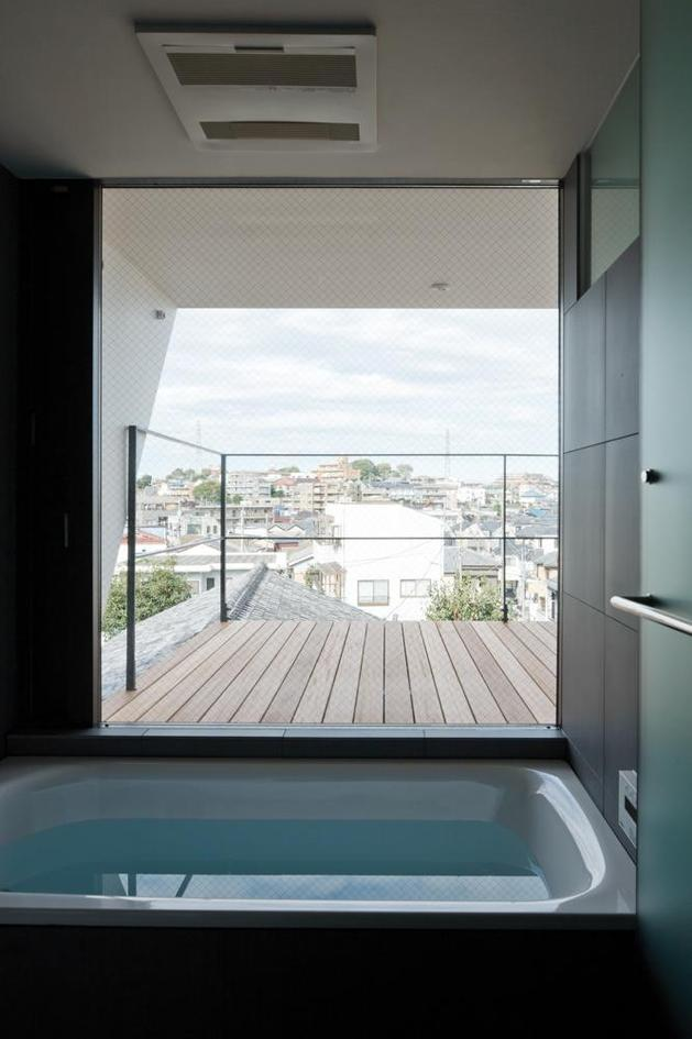 three-story-tokyo-house-with-panoramic-city-views-6-bathtub.jpg