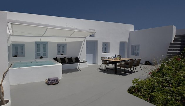 villa-greece-combines-old-world-charm-modern-minimalism-3-courtyard.jpg