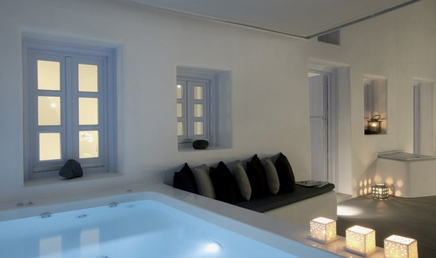 villa-greece-combines-old-world-charm-modern-minimalism-5-courtyard.jpg