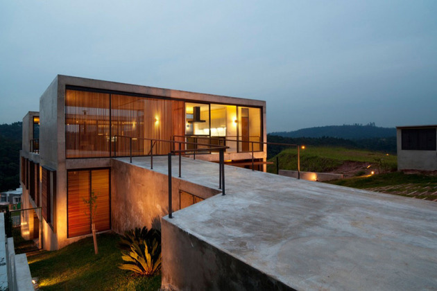 alfresco house with courtyard glass walls and concrete interiors 1 thumb 630x420 29719 Hillside House with 2 Concrete Volumes, 2nd Story Entrance, Bridge