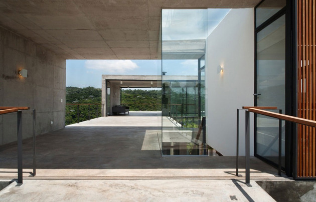 alfresco-house-with-courtyard-glass-walls-and-concrete-interiors-4.jpg