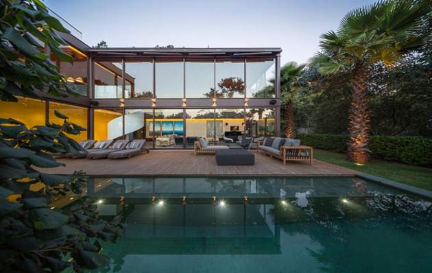 brazil house brings indoors out with glass wall design 2 thumb 630x398 28511 Alfresco Home with Two Decks and Wood Ceiling Interiors