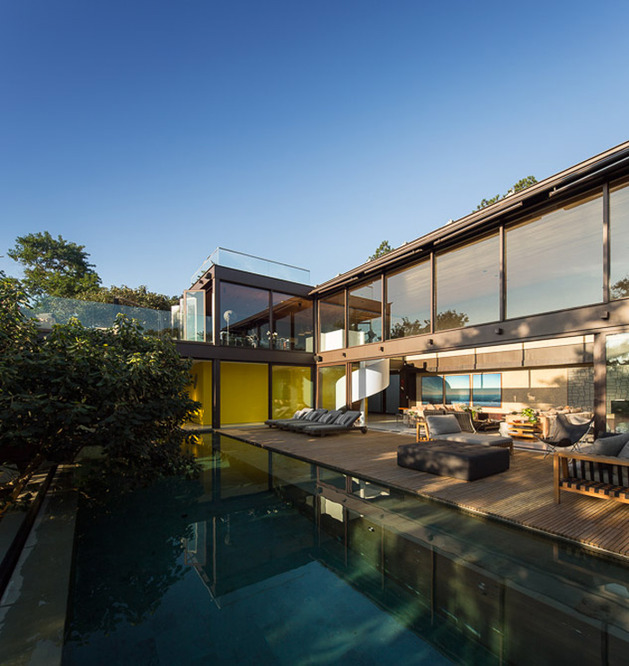 brazil-house-brings-indoors-out-with-glass-wall-design-4.jpg