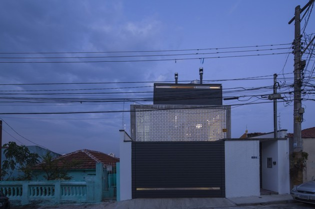 brazilian-concrete-house-built-around-three-story-courtyard-tree-2-from-street.jpg