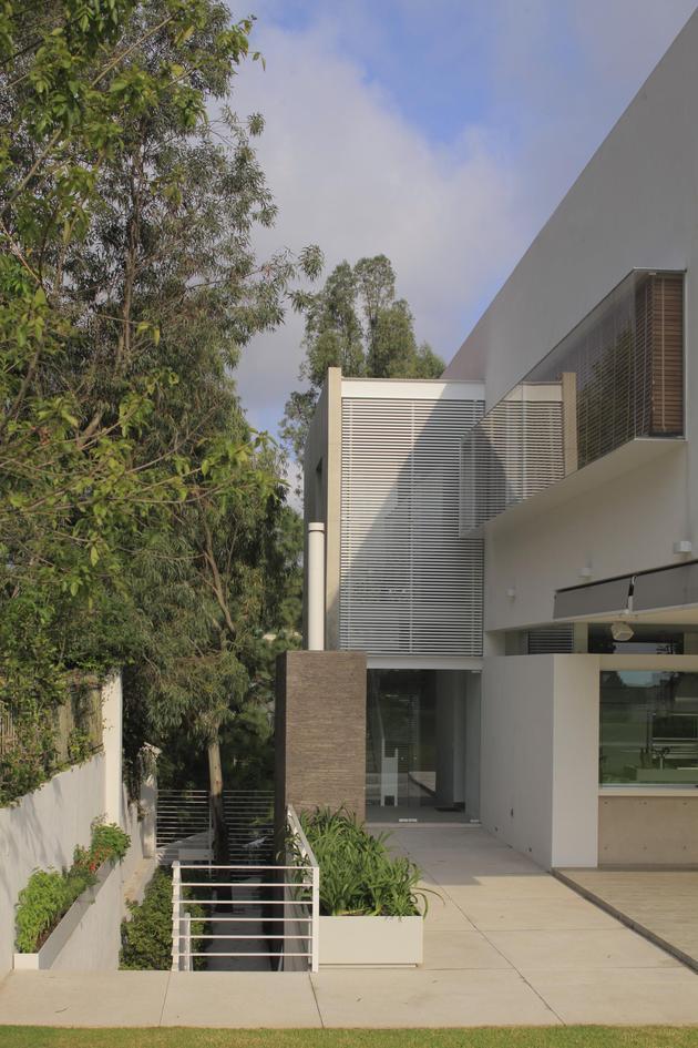 casa-siete-opens-wide-front-back-false-façade-24-façade-side.jpg
