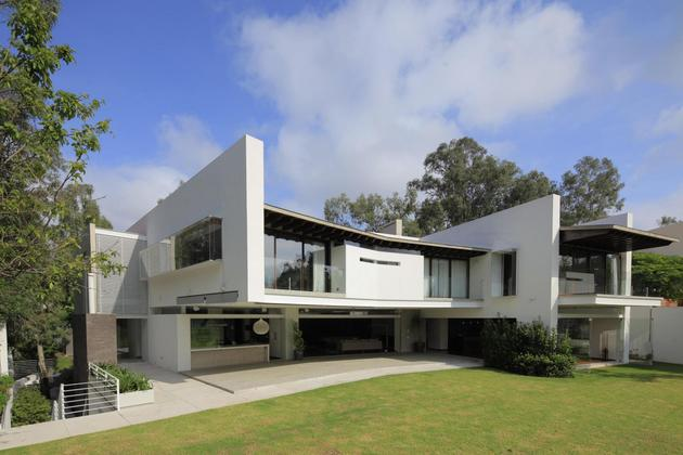 casa-siete-opens-wide-front-back-false-façade-26-backyard.jpg
