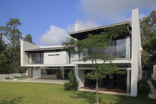 casa-siete-opens-wide-front-back-false-façade-27-backyard.jpg