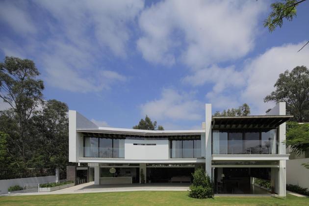 casa-siete-opens-wide-front-back-false-façade-28-backyard.jpg