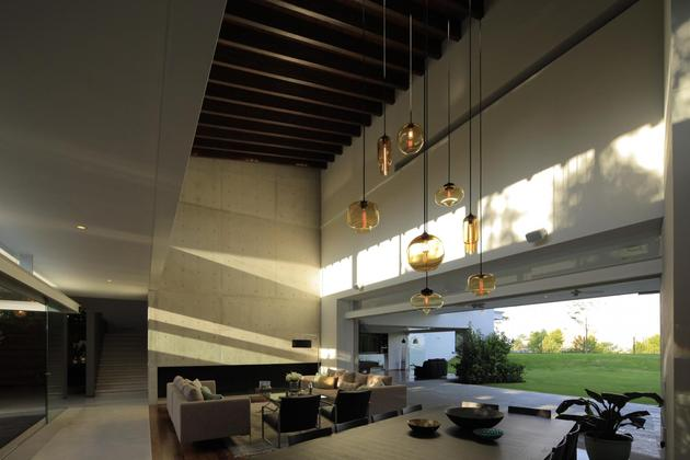 casa-siete-opens-wide-front-back-false-façade-9-living.jpg
