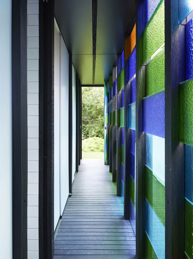 coloured-glass-walls-sparkle-from-cottage-addition-13-glasswall.jpg