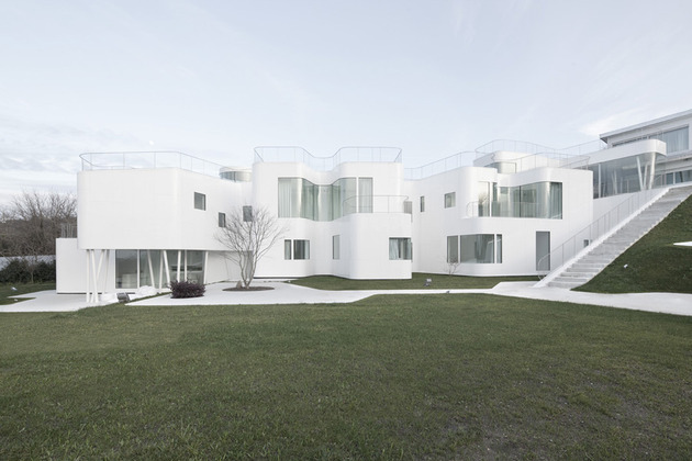 curvacious glossy white home addition in spain 1 thumb 630x420 27838 Curvacious Glossy White Home