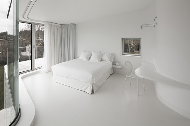 curvacious-glossy-white-home-addition-in-spain-16.jpg