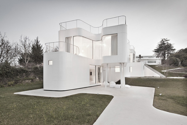 curvacious-glossy-white-home-addition-in-spain-3.jpg