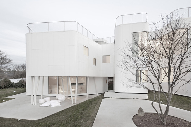 curvacious-glossy-white-home-addition-in-spain-5.jpg