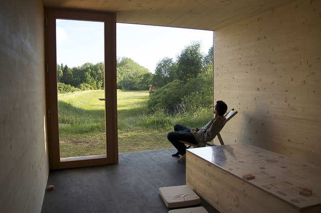 eco-friendly-house-study-with-walls-packed-straw-5-interior.jpg