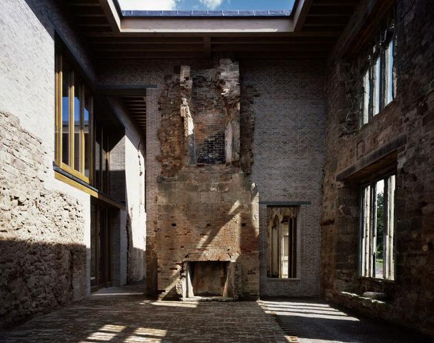 english-castle-preserves-historic-architecture-and-incorporates-modern-design-5.jpg