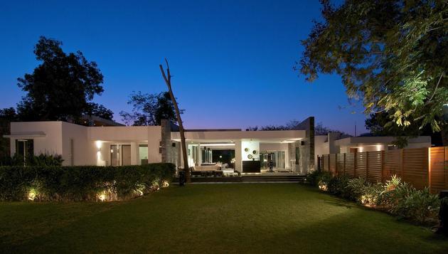 geometri architecture creates artistic minimalist statement 2 frontyard thumb 630x357 29496 Modern Minimalist Bungalow Design by Atelier dnD
