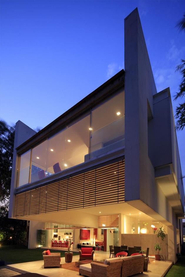 geometric-home-cantilevered-master-suite-overlooking-pool-14-terrace.jpg