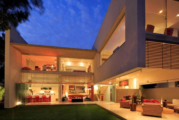 geometric-home-cantilevered-master-suite-overlooking-pool-15-evening-backyard.jpg