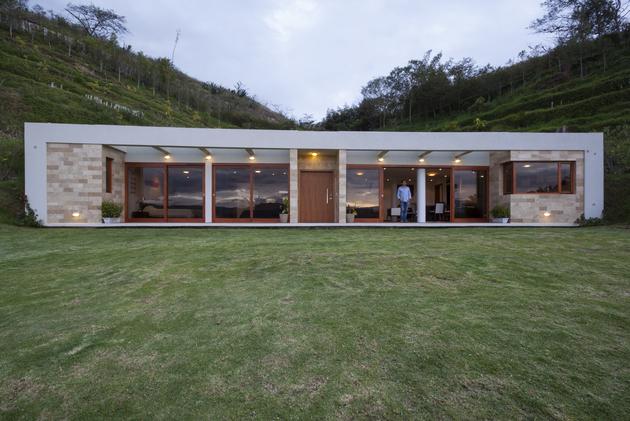 house built into a hill in ecuador 2 thumb 630x421 28341 House Built into a Hill