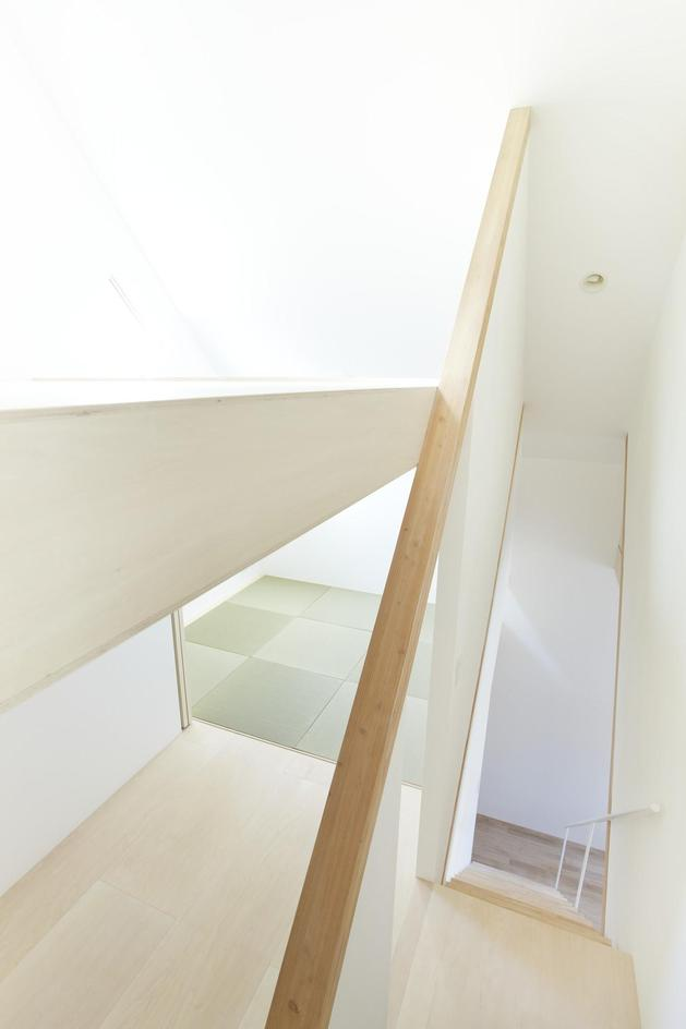 japanese-home-big-roof-8- large-y-supports-13-stairwell.jpg