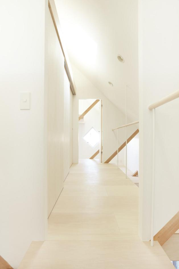 japanese-home-big-roof-8- large-y-supports-14-hallway.jpg