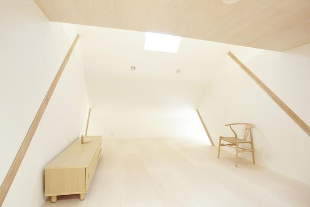 japanese-home-big-roof-8- large-y-supports-15-bedroom.jpg