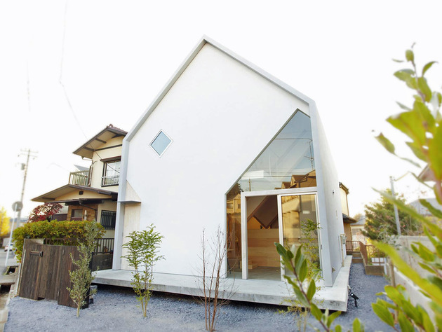 japanese home big roof 8 %20large y supports 2 facade void thumb 630x474 27051 Japanese Home With Big Roof and 8 Large Y Supports