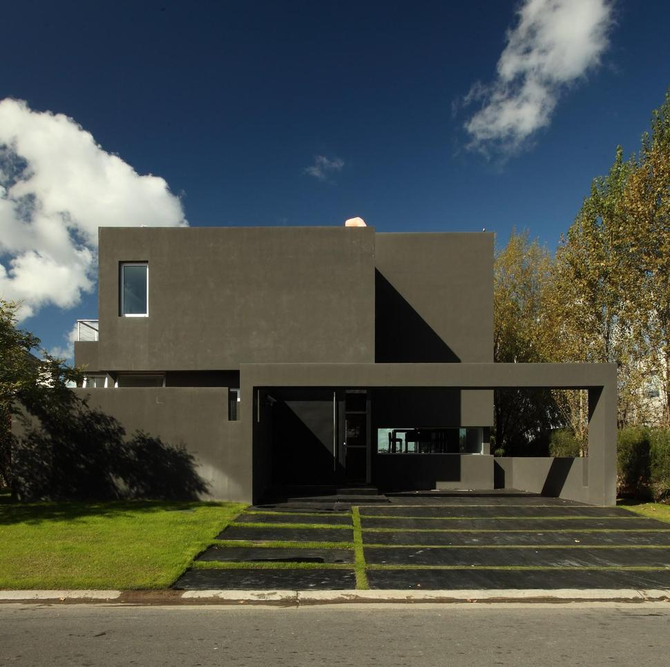 A Narrow Home That Keeps Its Eyes On The Street: Lakeside Black House Has Views