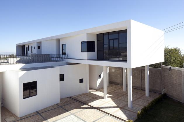 modern hacienda with assymetrical lines 1 thumb 630x420 26930 Modern Hacienda Style Home Built on Pillars
