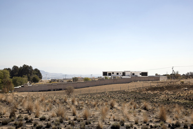 modern-hacienda-with-assymetrical-lines-11.jpg