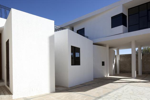 modern hacienda with assymetrical lines 2 thumb 630x420 26932 Modern Hacienda Style Home Built on Pillars