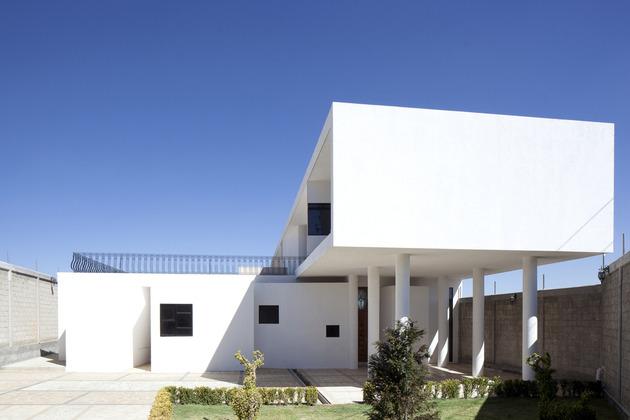 modern-hacienda-with-assymetrical-lines-3.jpg
