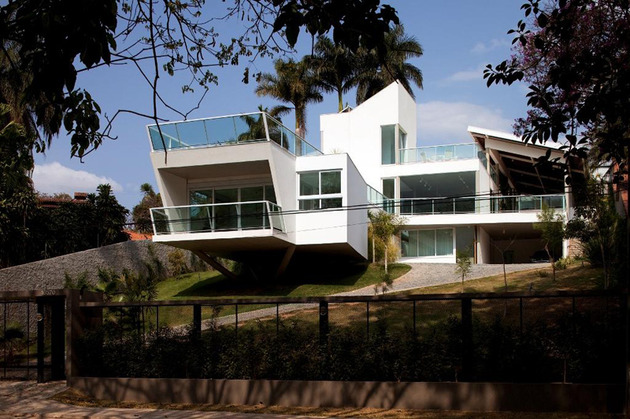 modern resort style home of geometry and glass 1 thumb 630x419 27174 Modern Resort Style Home of Geometry and Glass