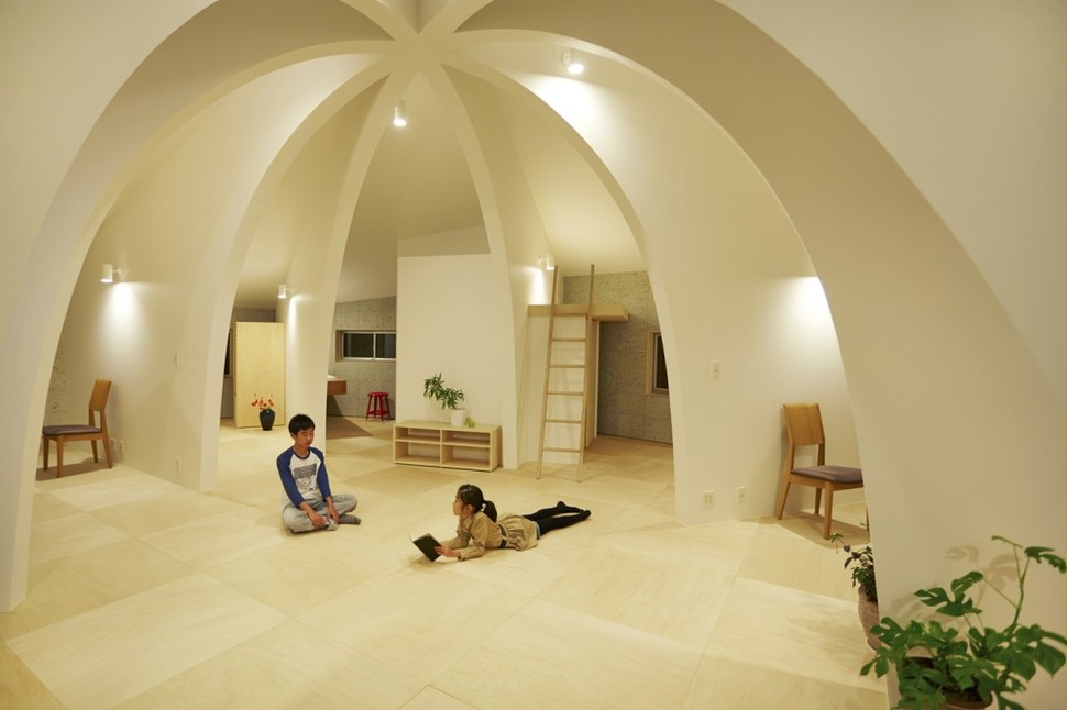 Open concept japanese family home with domed interior for Open concept interior design