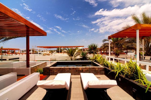outdoor-lifestyle-main-level-roof-terrace-14-lounging.jpg