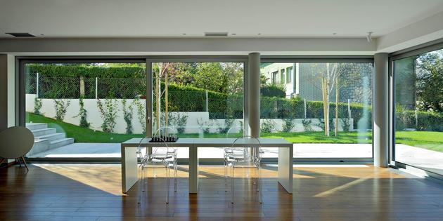 sculptural-circular-stairwell-focus-minimalist-residence-5-social-office.jpg
