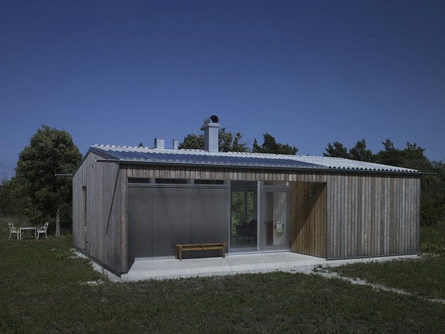 small swedish house made from boards corrugated metal 1 front angle thumb 630x473 26605 Small Swedish House Made From Boards And Corrugated Metal