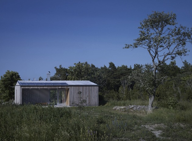 small swedish house made from boards corrugated metal 2 front far thumb 630x464 26607 Small Swedish House Made From Boards And Corrugated Metal