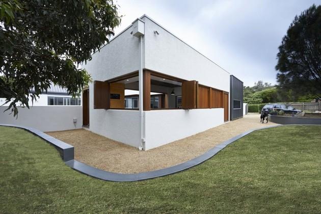 summer-house-expansion-creates-private-courtyard-10-corner.jpg