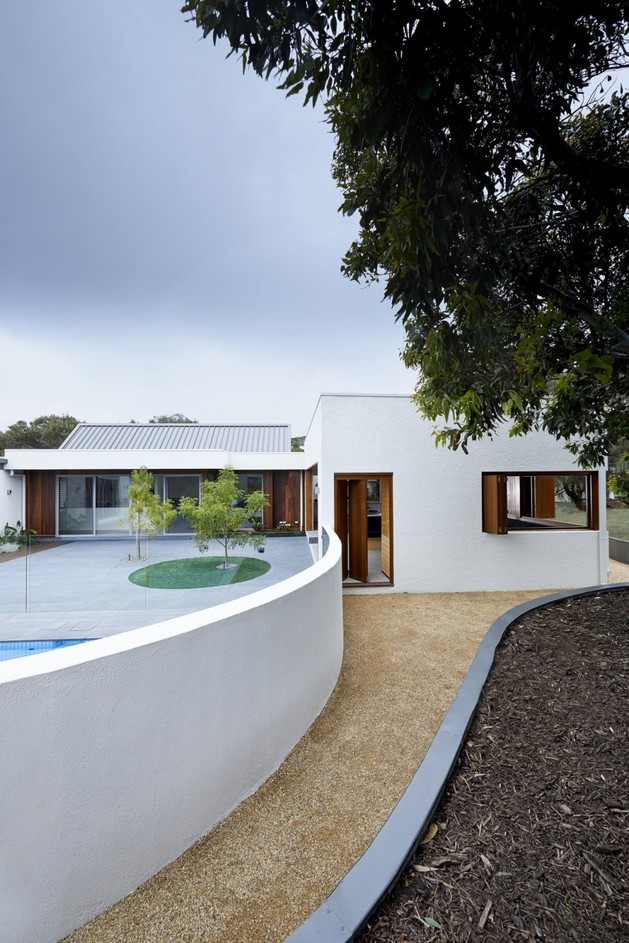 summer-house-expansion-creates-private-courtyard-12-poolwall.jpg