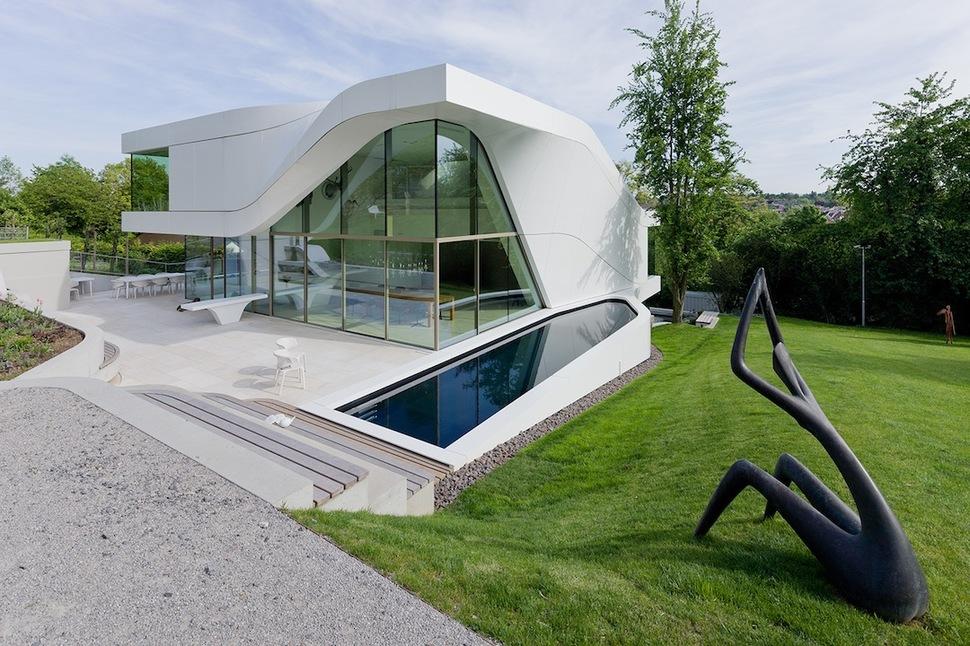 Super Modern Suburban House on Hillside House Design