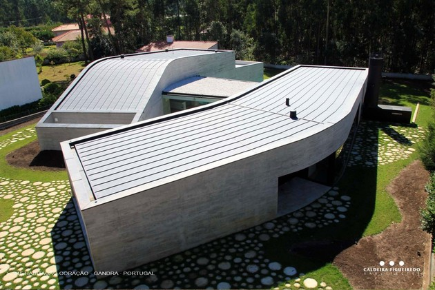 two wing portuguese house with concrete look wood exterior 2 window wall side thumb 630x421 28073 Concrete Look Home with Wooden Plank Exterior