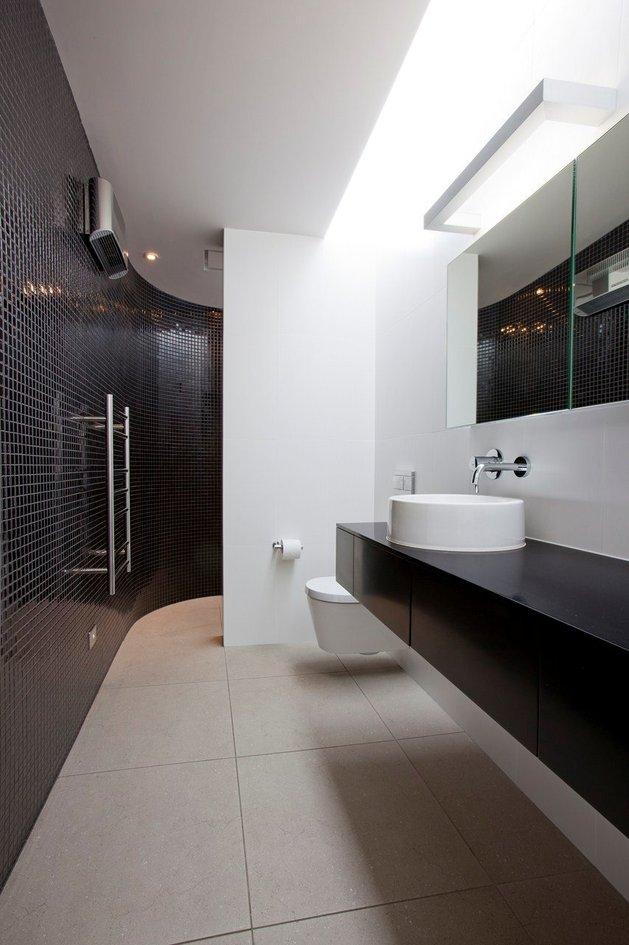 2-level-home-pool-protrudes-cliff-13-bathroom.jpg