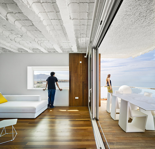 artistic transformation of an ordinary seaside house 2 thumb 630x608 31075 Artistic Transformation of an Ordinary Seaside House