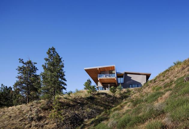 cantilevered family home overlooks lake 1 cantilever thumb 630xauto 32204 Cantilevered Family Home Overlooks Lake
