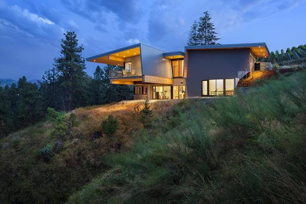 cantilevered-family-home-overlooks-lake-8-evening.jpg